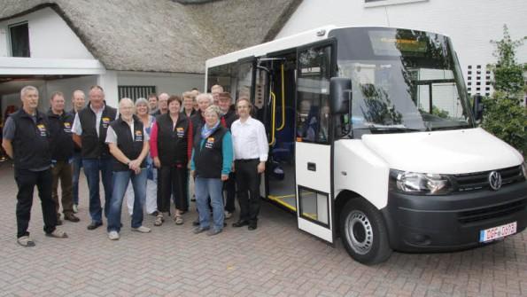 Startklar: Das Bürgerbus-Team vor dem Kleinbus.